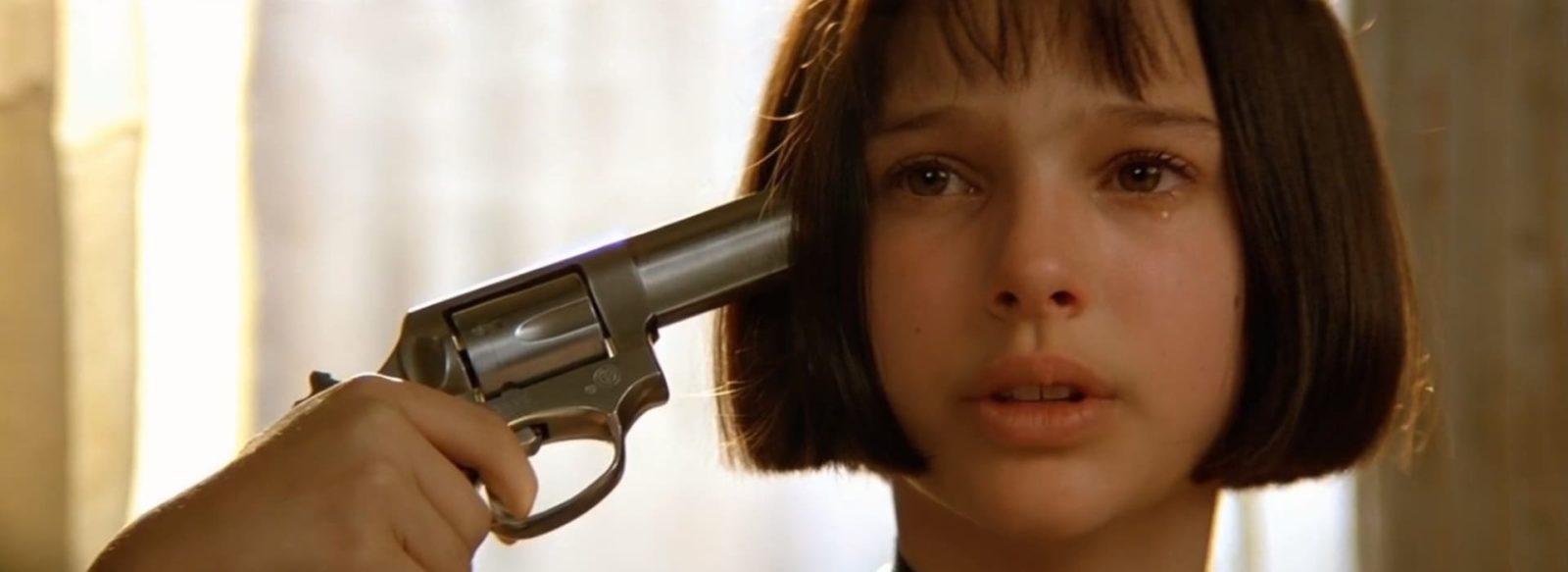 Матильда наставляет пистолет к виску. Фильм Леон