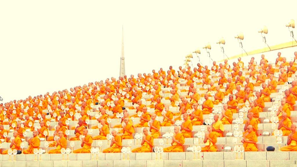мидитирующие монахи во время випассаны